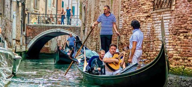 Gondola Ride with live music Venice